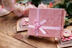 Boîte-cadeau, formes de coeur et roses Photo stock