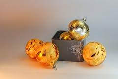 Boîte-cadeau gris avec la boule des textes et d'or et de Noël Photo libre de droits