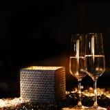 Boîte-cadeau lumineux lumineux avec le champagne Photographie stock libre de droits