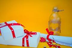 Boîte-cadeau, message d'amour et bouteille Image libre de droits