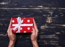 Boîte-cadeau mignon dans des mains avec l'espace de copie Photo libre de droits