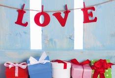 Boîte-cadeau mignons et l'amour de mot Photographie stock