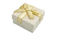 Boîte-cadeau nacré avec le modèle pointillé d'isolement sur le fond blanc Image libre de droits