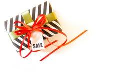 Boîte-cadeau noir et blanc Une bande de zigzag Ribbo rouge et vert Image stock