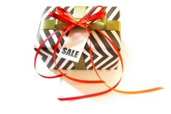Boîte-cadeau noir et blanc Une bande de zigzag Ribbo rouge et vert Image libre de droits