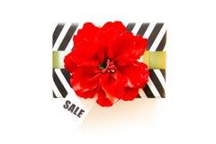 Boîte-cadeau noir et blanc Une bande de zigzag Ruban rouge et écoulement Image libre de droits