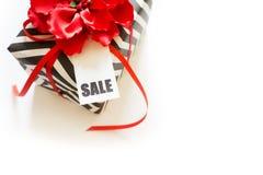 Boîte-cadeau noir et blanc Une bande de zigzag Ruban rouge et écoulement Image stock