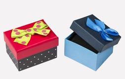Boîte-cadeau noir rouge drôle avec le ruban vert et boîte-cadeau bleu avec le ruban d'isolement sur le blanc Photos libres de droits