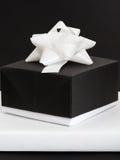 Boîte-cadeau noire et blanche Photo stock