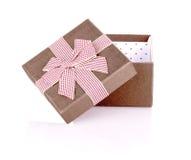 Boîte-cadeau ouvert avec l'arc d'isolement Photo stock