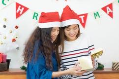 Boîte-cadeau ouvert d'or d'amie de l'Asie ensemble en Noël et Ne Photos stock