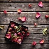 Boîte-cadeau ouvert d'intérieur de pétales de rose Photographie stock
