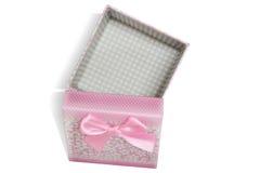 Boîte-cadeau ouvert de rose avec le fond blanc Photographie stock libre de droits