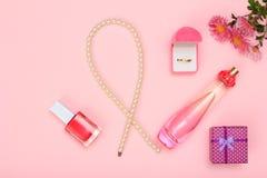 Boîte-cadeau, parfums et cosmétiques sur un fond rose images stock