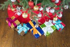 Boîte-cadeau placés sous l'arbre de Noël Photo stock