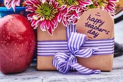 Boîte-cadeau, pomme et fleurs Photos libres de droits