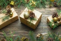 Boîte-cadeau pour des cadeaux de Noël sur un fond en bois image libre de droits