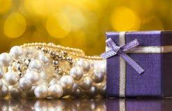 Boîte-cadeau pourpre de Noël, collier de perle pour la femme photographie stock libre de droits