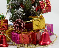 Boîte-cadeau près d'arbre de Noël photo libre de droits