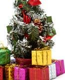 Boîte-cadeau près d'arbre de Noël photographie stock libre de droits