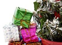 Boîte-cadeau près d'arbre de Noël photographie stock