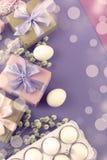 Boîte-cadeau réglé de Pâques avec l'oeuf blanc de chatons de branches Photographie stock libre de droits