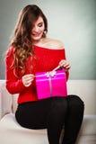 Boîte-cadeau rose actuel s'ouvrant de fille Photo libre de droits