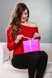 Boîte-cadeau rose actuel s'ouvrant de fille Images libres de droits
