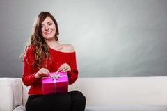 Boîte-cadeau rose actuel s'ouvrant de fille Photos libres de droits