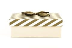 Boîte-cadeau rose avec un couvercle dans des rayures blanches et bleues et un bleu images libres de droits