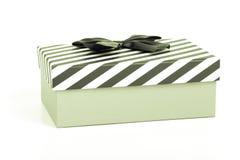 Boîte-cadeau rose avec un couvercle dans des rayures blanches et bleues et un bleu photos stock