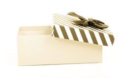 Boîte-cadeau rose avec un couvercle dans des rayures blanches et bleues et un bleu image libre de droits