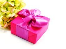 Boîte-cadeau rose d'isolement sur le fond blanc Images stock