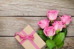 Boîte-cadeau rose de jour de roses et de valentines au-dessus de table en bois photographie stock libre de droits