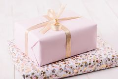 Boîte-cadeau rose sur les conseils en bois photo libre de droits