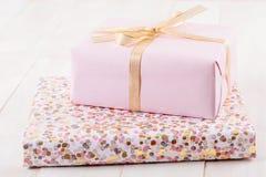 Boîte-cadeau rose sur les conseils en bois photo stock