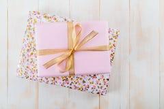 Boîte-cadeau rose sur les conseils en bois images libres de droits