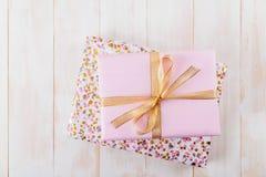 Boîte-cadeau rose sur les conseils en bois photos libres de droits