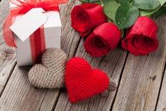 Boîte-cadeau, roses et coeurs de jour de valentines Photos libres de droits