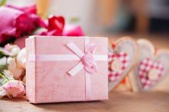 Boîte-cadeau, roses et formes de coeur Images libres de droits