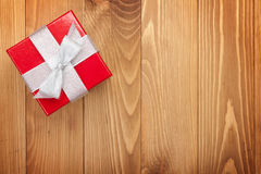Boîte-cadeau rouge au-dessus de fond en bois Photographie stock