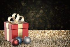 Boîte-cadeau rouge avec des boules de Noël Images libres de droits