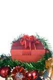 Boîte-cadeau rouge avec des décorations et boule de couleur sur le fond blanc Photographie stock libre de droits