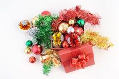 Boîte-cadeau rouge avec des décorations et boule de couleur sur le fond blanc Images libres de droits