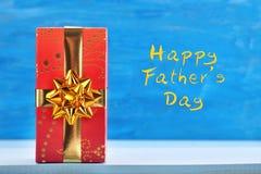 Boîte-cadeau rouge avec des salutations heureuses d'inscription de jour de pères Image libre de droits