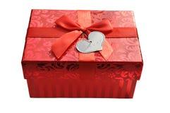 Boîte-cadeau rouge avec l'arc de ruban de satin Images stock