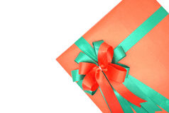 Boîte-cadeau rouge avec le ruban vert sur un fond blanc photographie stock