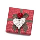 Boîte-cadeau rouge carré avec des inscriptions de l'arc avec les coeurs blancs ; Image libre de droits