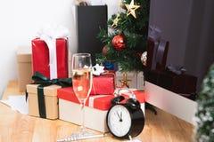 Boîte-cadeau rouge dans des vacances de Noël au bureau avec Noël images libres de droits
