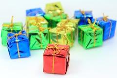 Boîte-cadeau rouge dans l'avant photographie stock